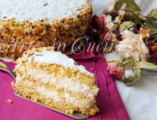 Torta deliziosa napoletana alle nocciole e crema