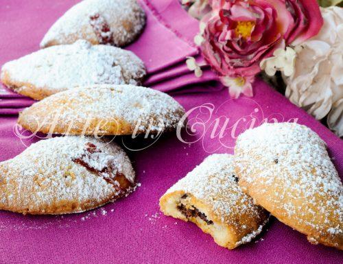 Mezzelune di frolla dolci alla marmellata o nutella