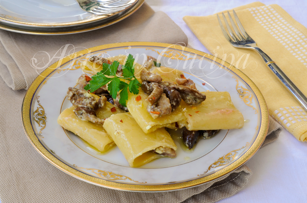 Paccheri con salsiccia funghi e panna ricetta facile
