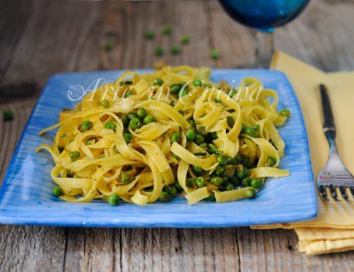 Tagliatelle con piselli zucchine e mollica ricetta