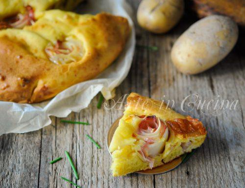 Torta con rose di patate al prosciutto e formaggi