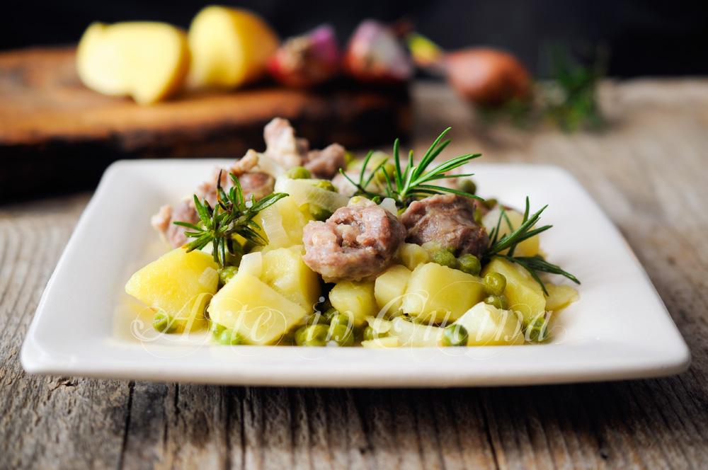 Patate salsiccia e piselli in padella in umido vickyart arte in cucina