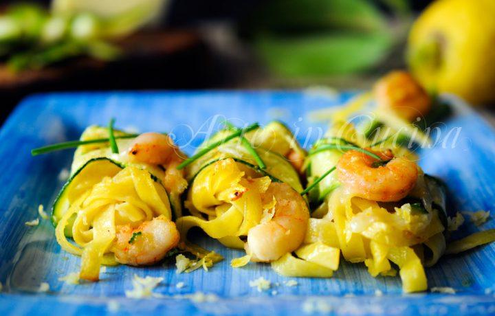 Tagliatelle zucchine e gamberi al forno
