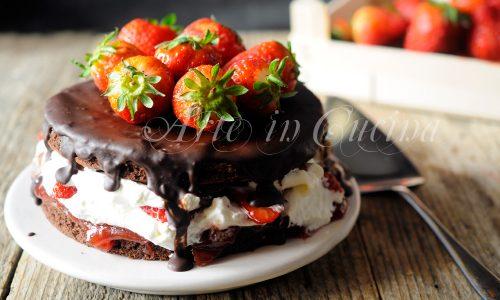 Torta fragole e cioccolato con crema al latte