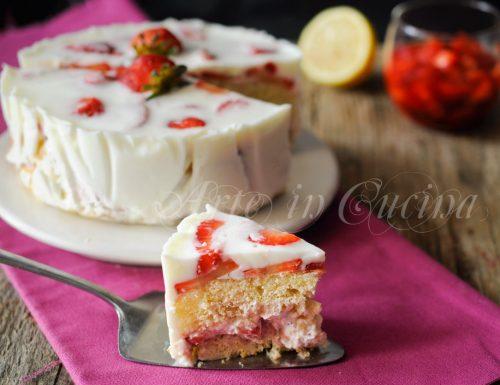 Torta di fragole leggera allo yogurt e crema