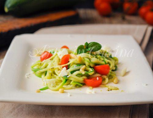 Spaghetti di zucchine al pesto ricetta leggera