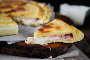Focaccia veloce con prosciutto e formaggio