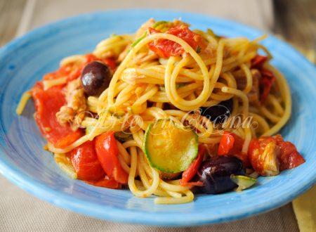 Spaghetti zucchine tonno e olive ricetta veloce