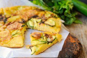 Focaccia rovesciata con zucchine e patate in padella