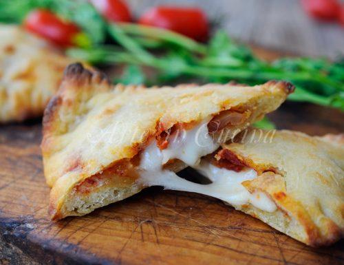 Triangoli di pizza farciti con mozzarella e pomodoro
