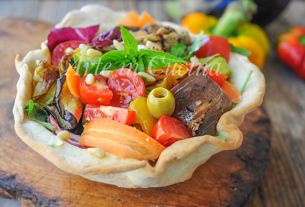 Cestini di piadina con insalata e verdure ricetta leggera