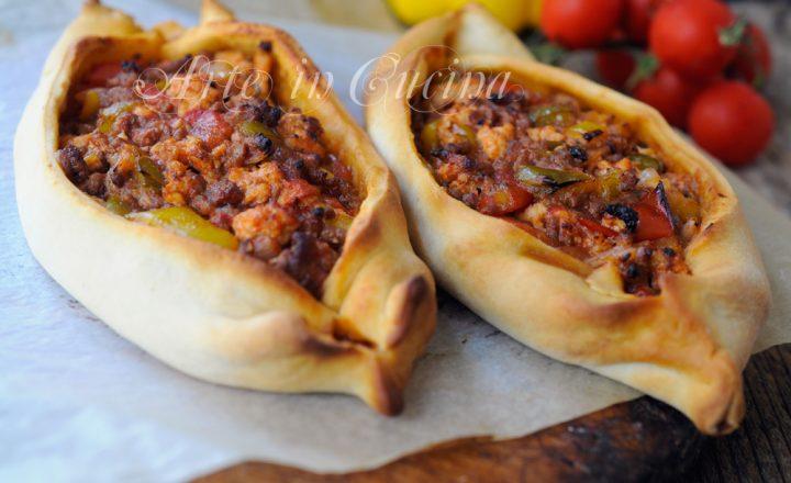 Kiymali pide barchette di pizza con carne ricetta turca