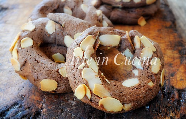 Ciambelline alle mandorle e cioccolato veloci