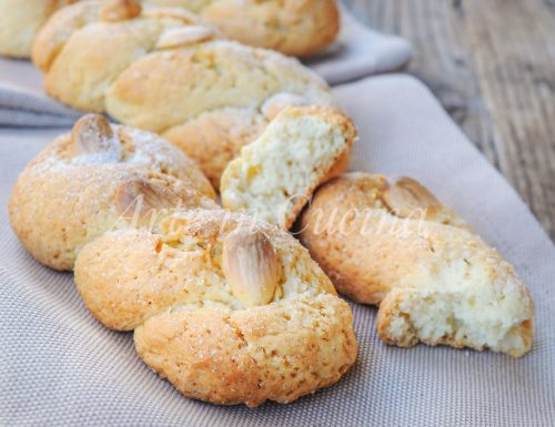 Intorchiate con mandorle biscotti pugliesi intrecciati