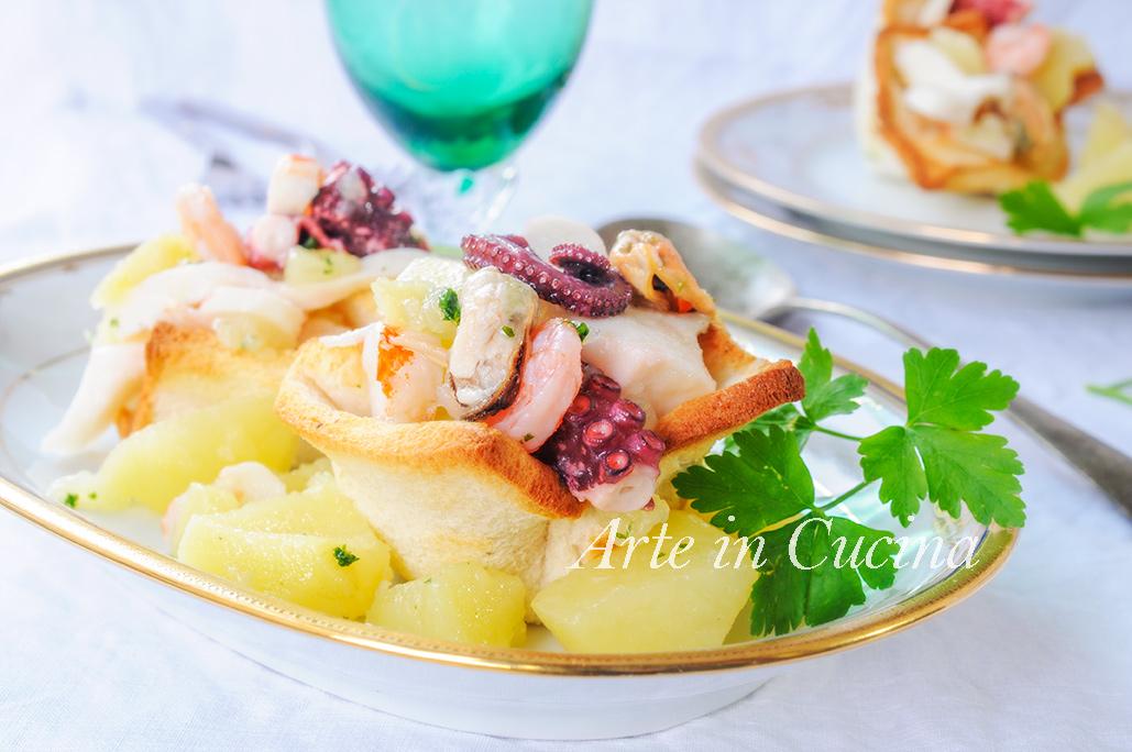 Cestini di pane con insalata di mare e patate