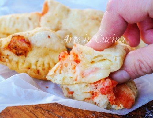 Calzoncelli pugliesi fritti pomodoro e mozzarella
