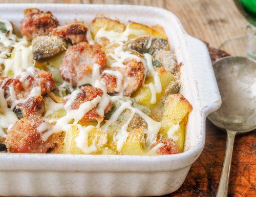 Patate con salsicce e carciofi gratinati al forno
