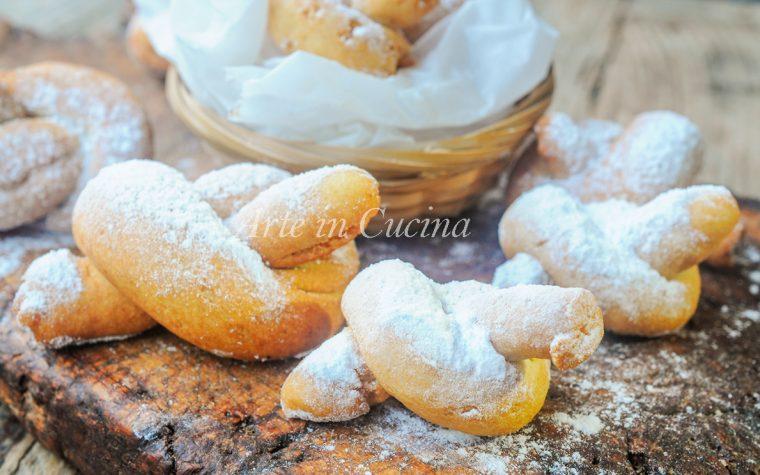 Biscotti annodati alle mandorle e limone ricetta facile