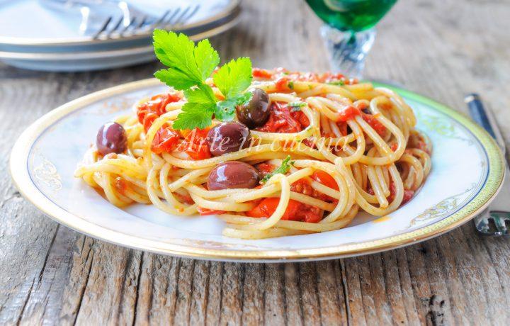 Spaghetti alla puttanesca piatto napoletano