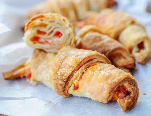 Cornetti di sfoglia veloce gusto pizza ricetta sfiziosa