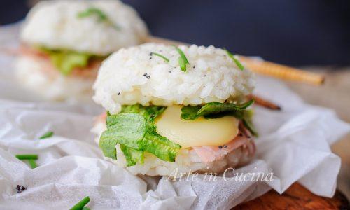 Panino di riso sushi burger ripieno ricetta leggera