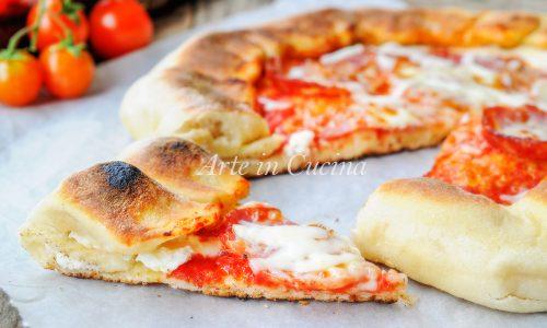 Pizza con bordo ripieno morbida di salame e ricotta