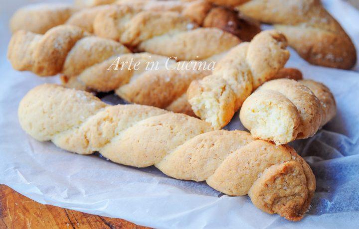 Biscotti da colazione intrecciati e zuccherati