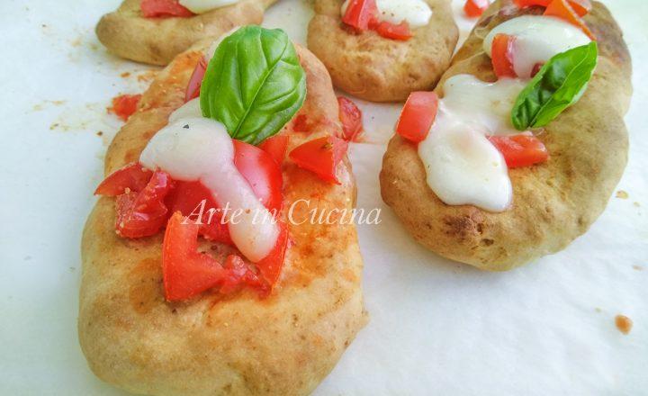 Bruschette veloci di pizza mozzarella e pomodoro
