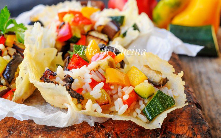 Cestini di riso all'insalata con verdure grigliate