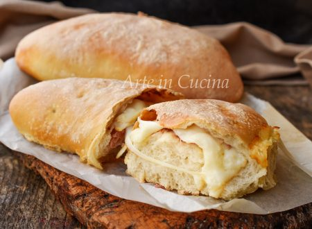 Pizza calzone ripiena speck e formaggio