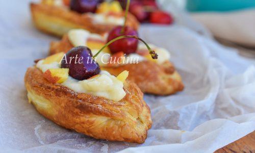 Barchette di sfoglia alla crema e frutta