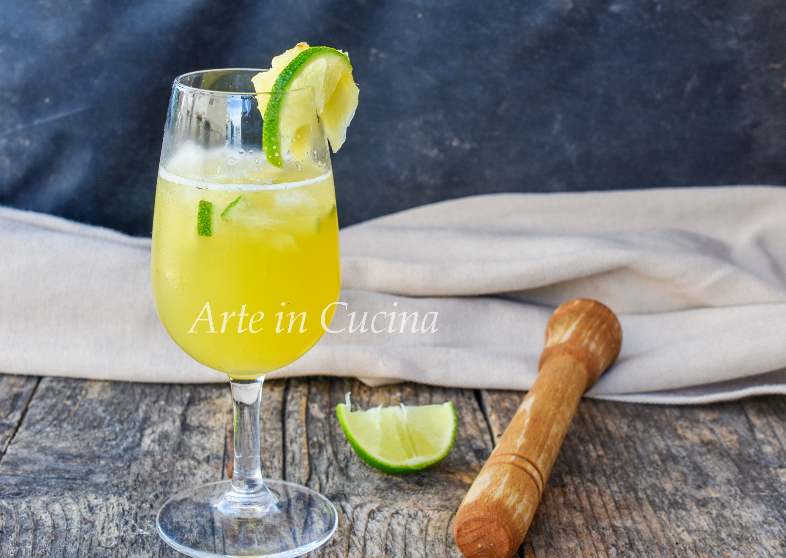 Caipiroska all'ananas drink anche analcolico