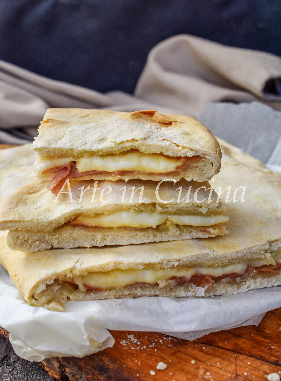 Focaccia sfiziosa al formaggio e mortadella