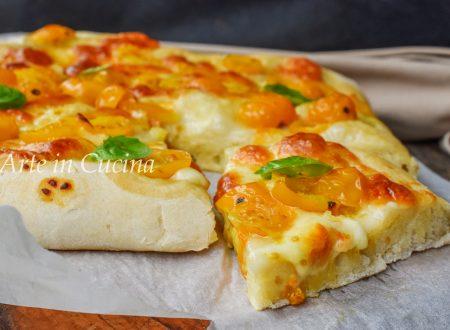 Pizza morbida con pomodorini a filetto