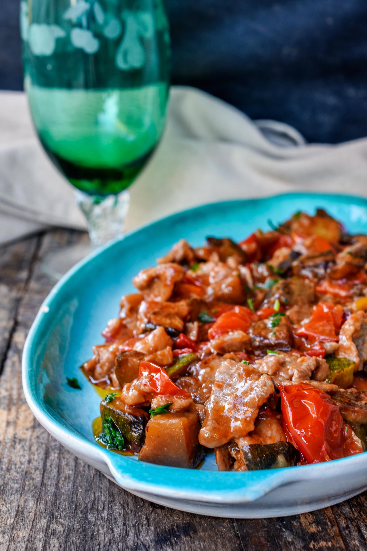 Cheesesteak con verdure in padella cistecca