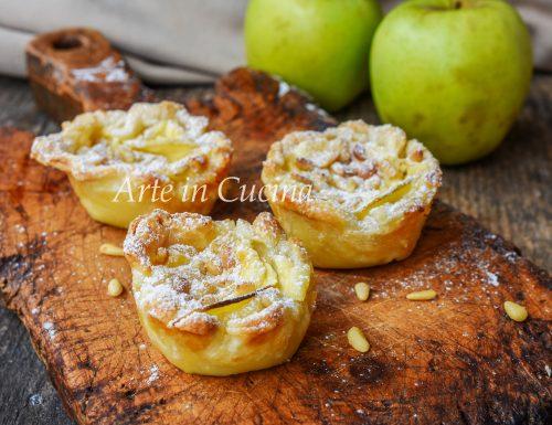 Tortine di sfoglia della nonna con mele e crema