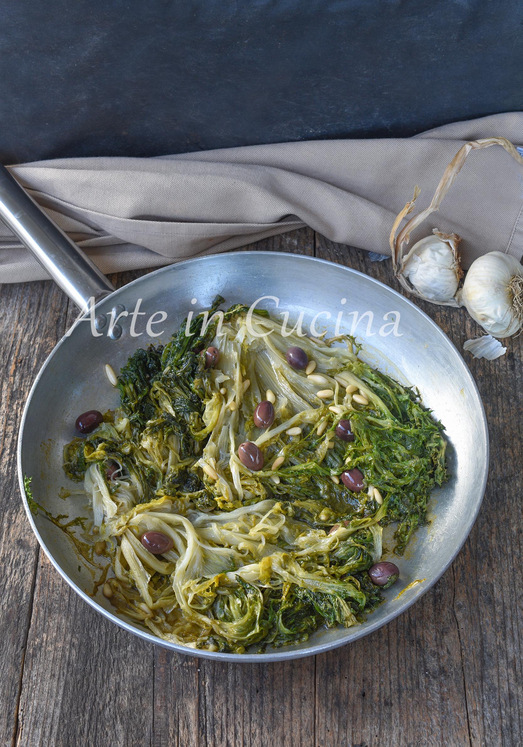 Scarola in padella con olive ricetta napoletana
