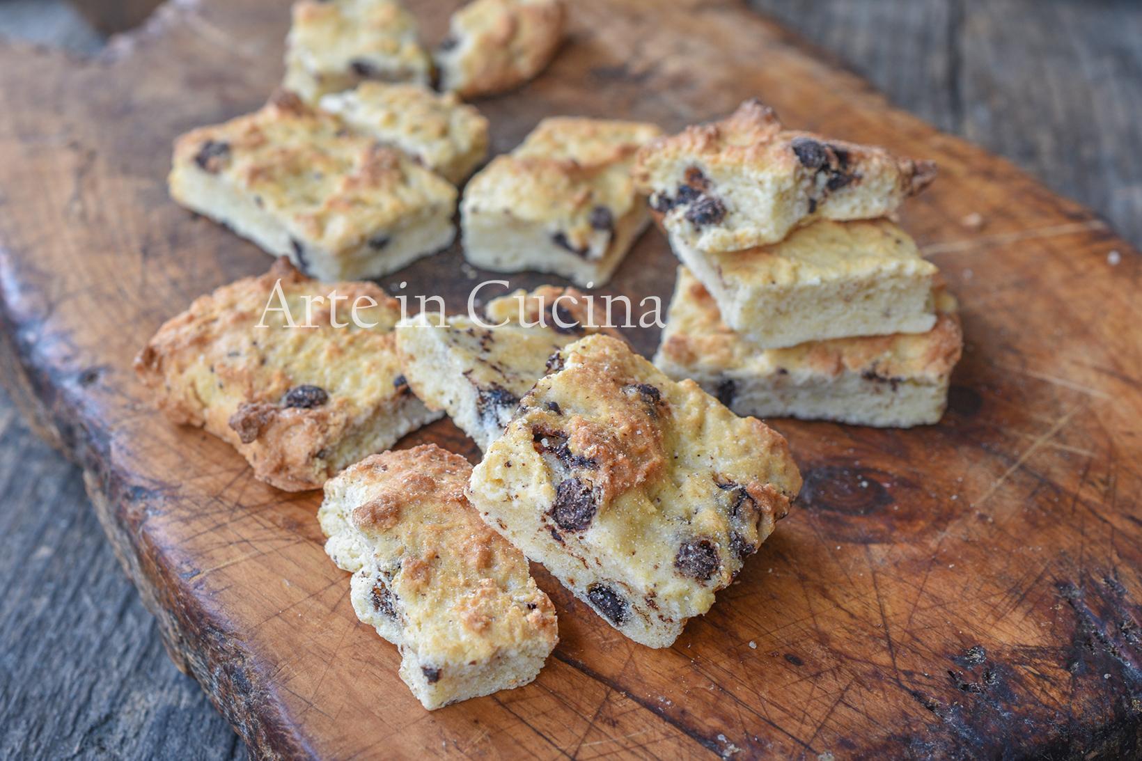 Biscotti in teglia veloci con gocce di cioccolato
