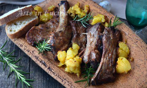 Costine al forno morbide con patate