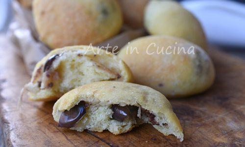 Panini soffici alle olive e formaggio ricetta sfiziosa