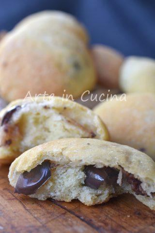 Panini soffici alle olive e formaggio ricetta veloce sfiziosa
