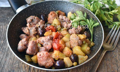 Salsicce con olive e patate in padella