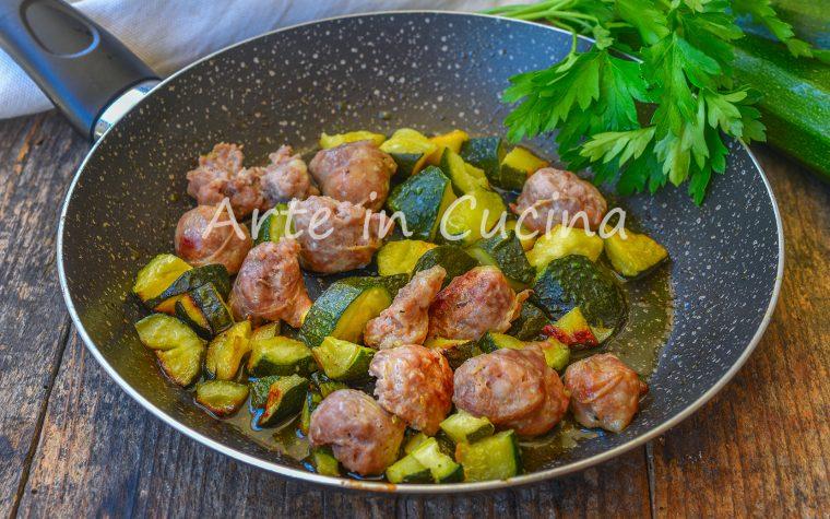 Salsicce con zucchine in padella