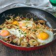 Uova con cipolle in padella secondo veloce