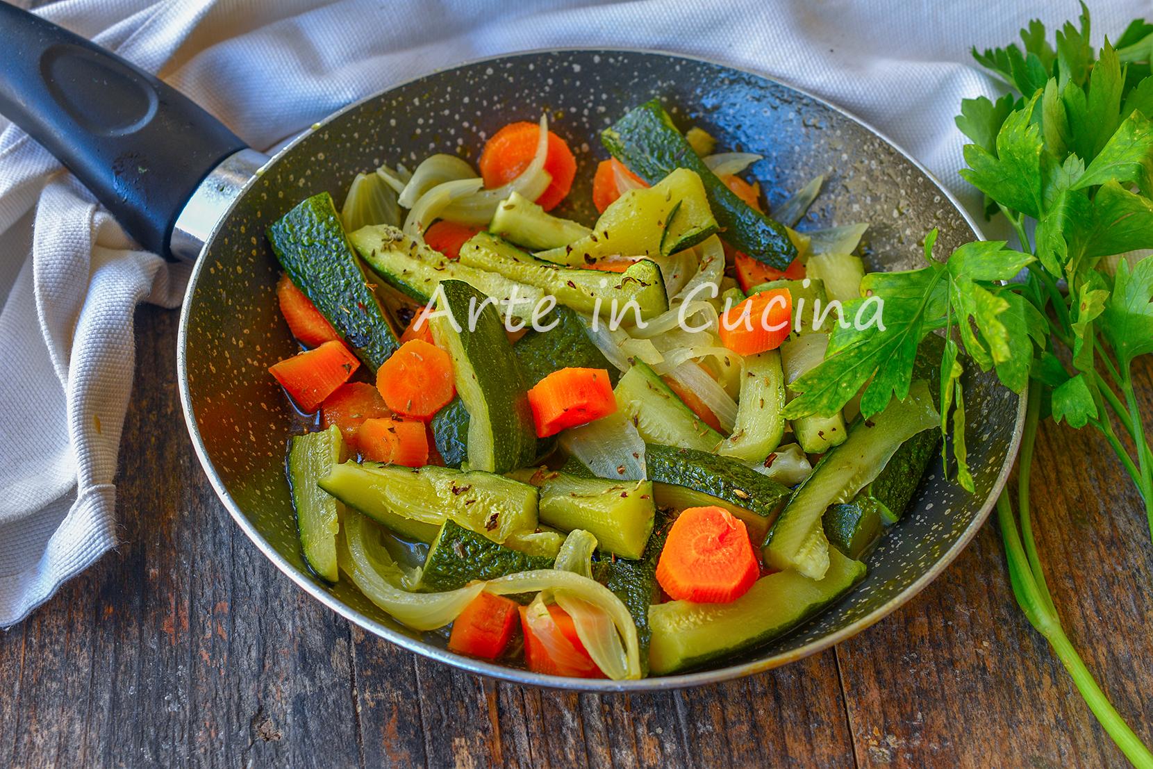 Carote con cipolle e zucchine in padella