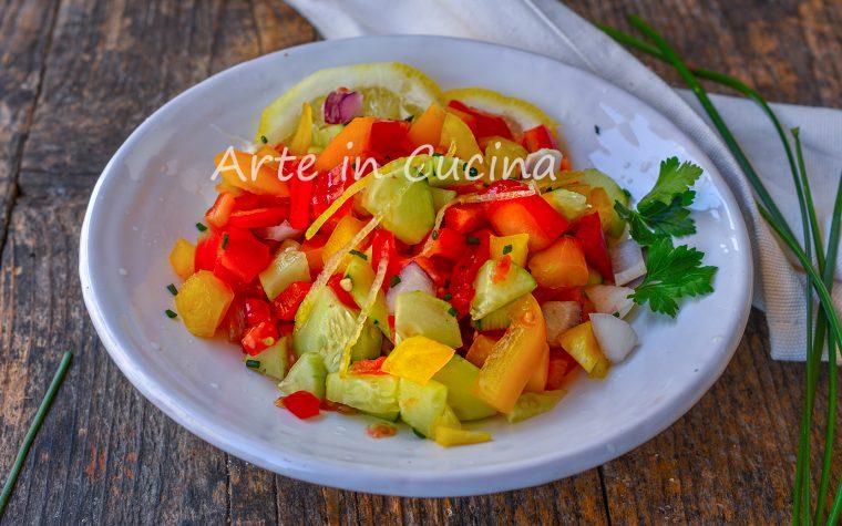 Insalata israeliana di verdure al limone
