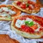 Pizzette di sfoglia in padella con origano e mozzarella, antipasto o stuzzichino per aperitivo da fare in 5 minuti, ricetta sfiziosa xon la pasta sfoglia senza forno.