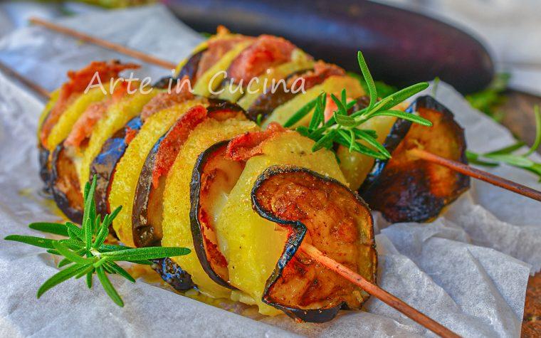Spiedini di patate con melanzane e speck