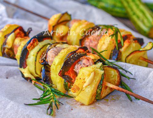 Spiedini di salsicce con patate e verdure gratinati