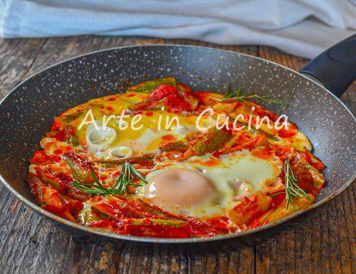 Uova con zucchine in padella al pomodoro